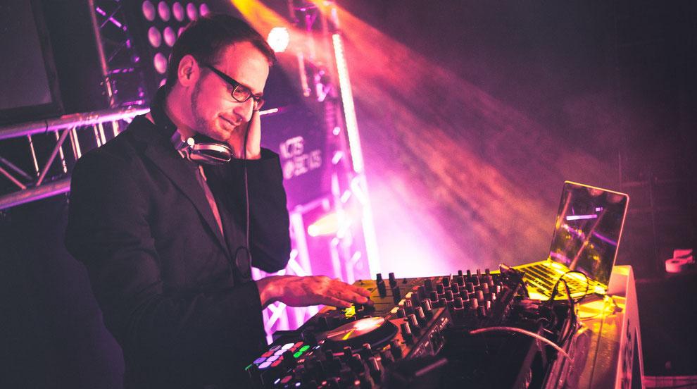 DJ für die Region Köln, Bonn, Aachen, Düsseldorf, Krefeld, Duisburg, Dortmund, NRW für Firmenfeier, Hochzeit und Geburtstag