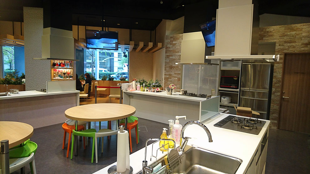 キッチンは3台あります。会食は奥の広いテーブルでゆっくりお食事をいただけます。
