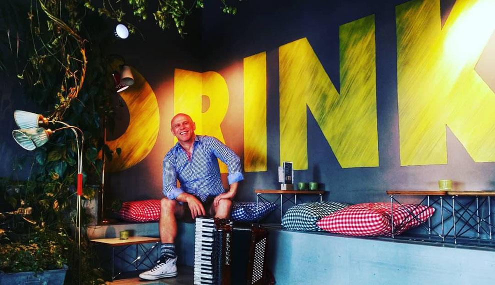 Thomas Rittler, als Walking Act mit Akkordeon, hier in der Faces Lounge bei Engelhorn Mode in Mannheim