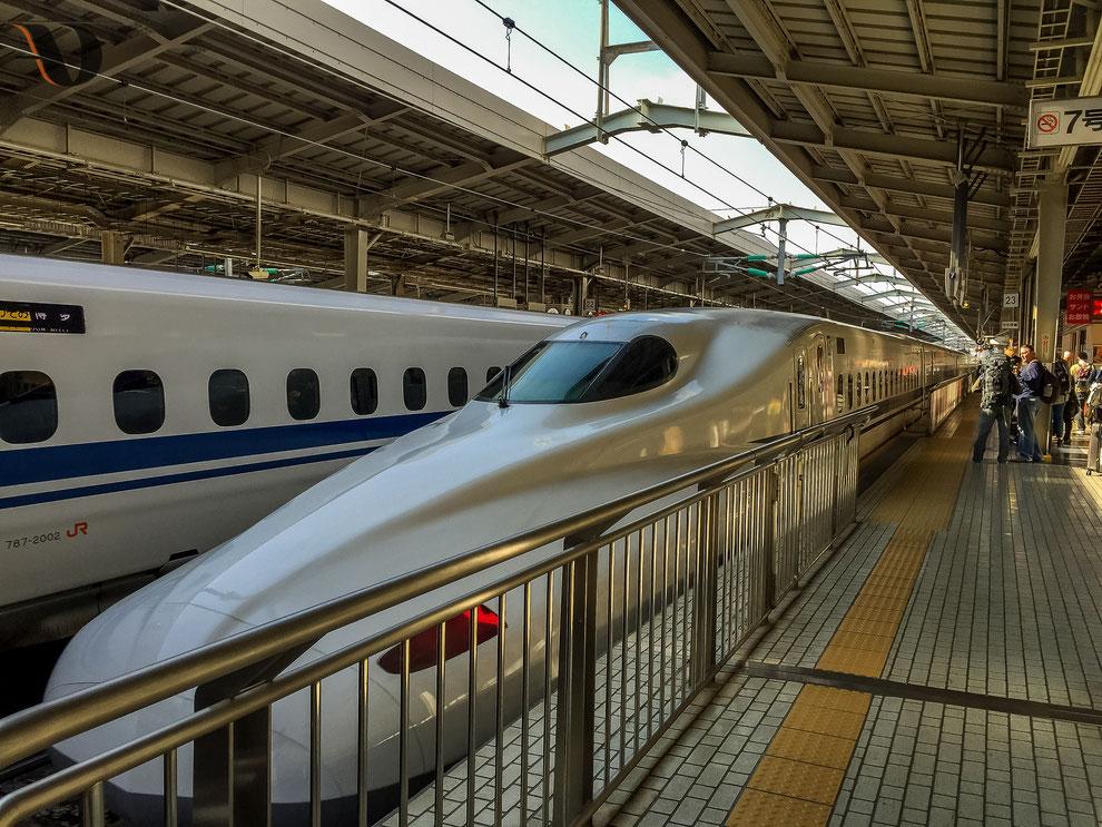 Arrivée en gare du Shinkansen, train à grande vitesse du Japon