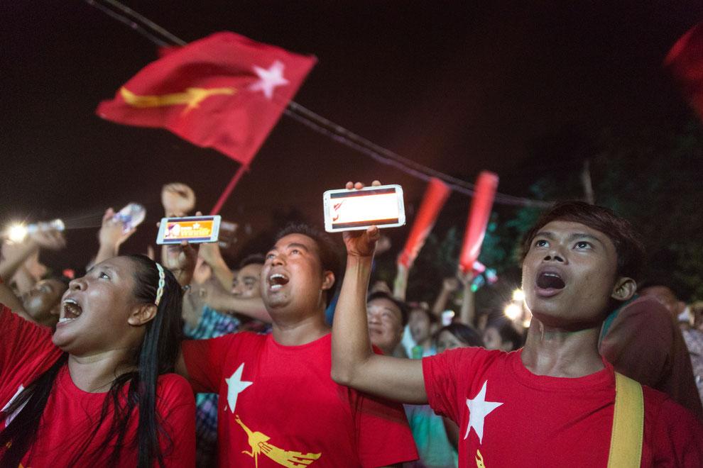 Joie et émotion des sympathisants d'Aung San Suu Kyi au soir des élections du 8 novembre 2015