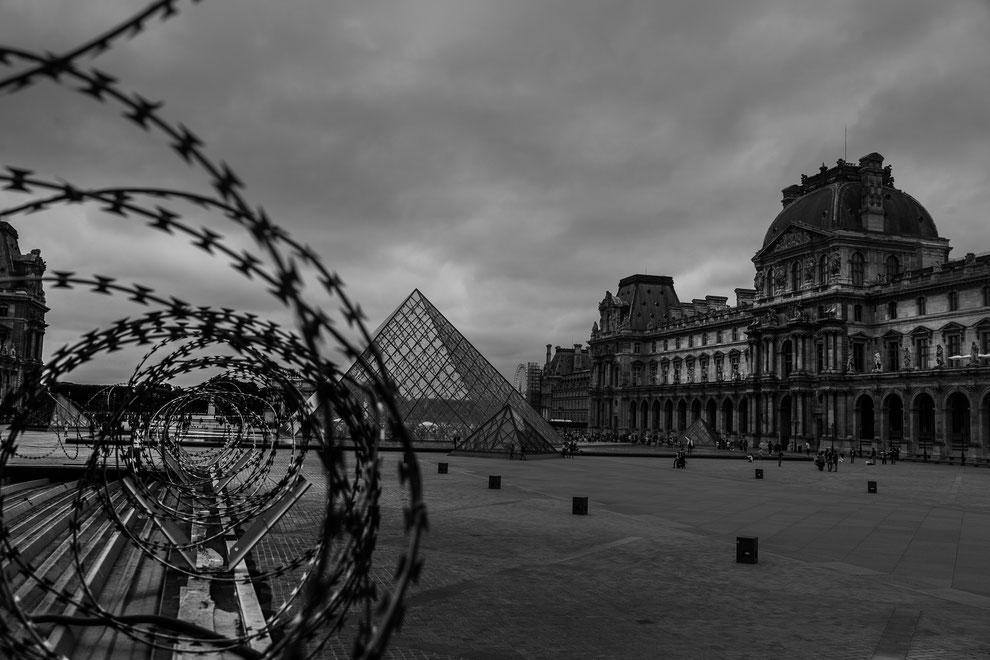 La pyramide du Louvre sous haute sécurité
