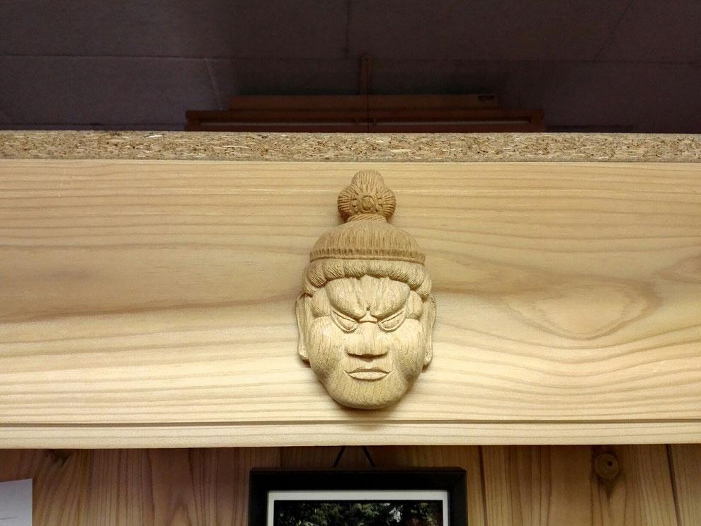 わごいちに飾られる仁勝お父さんの木彫り作品
