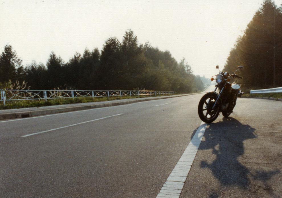 SRを手に入れ、乗り始めてまだ間もない頃の貴重なフルノーマル状態。(1981年秋・八ヶ岳横断道路にて)