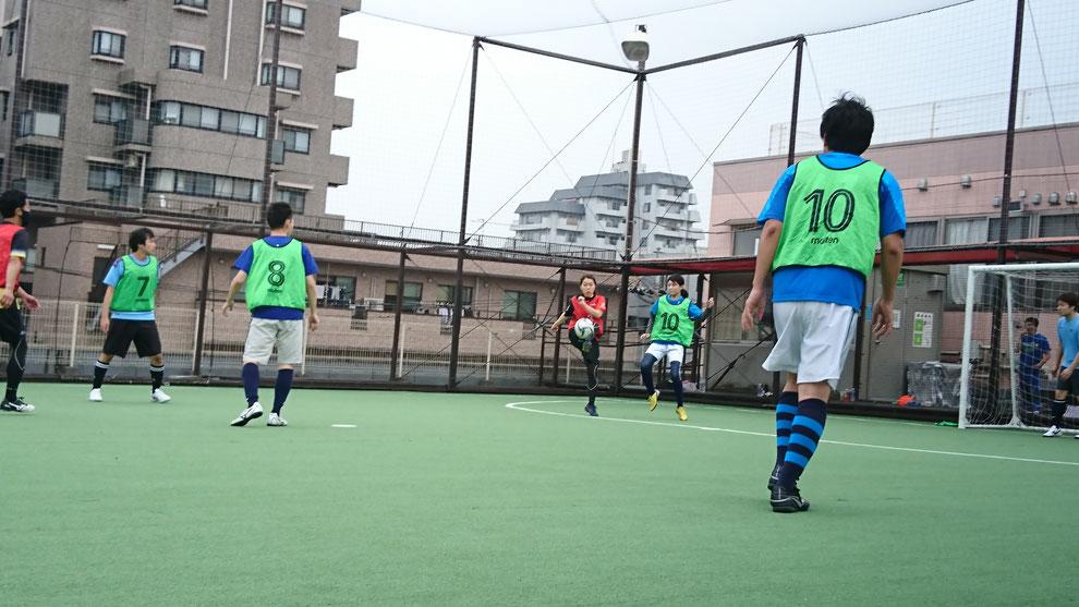 女性プレーヤー同士でのゴール前の攻防
