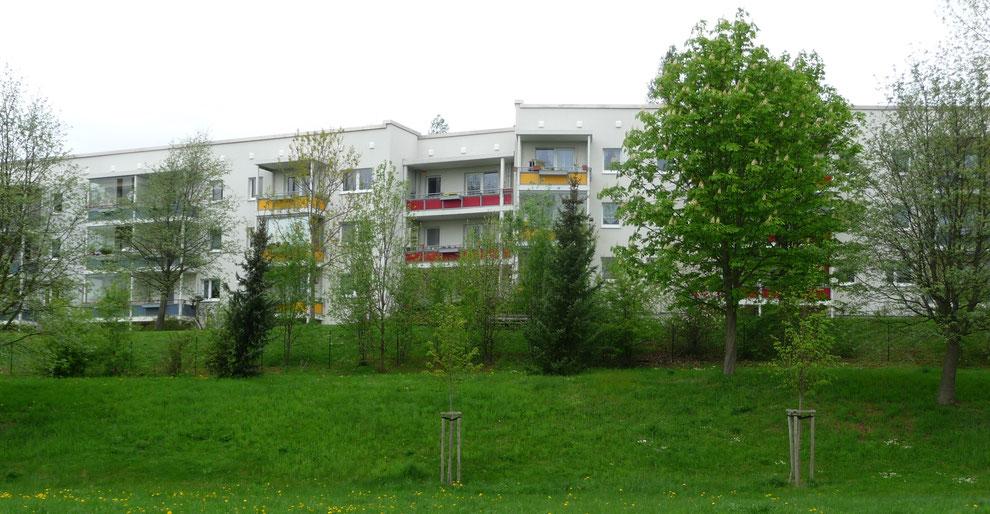 Chemnitz-Hutholz: Blick von der Max-Opitz-Straße auf Wohngebäude (zurückgebautes ehem. 6-geschossiges Plattenbau-Gebäude) an der Walter-Ranft-Straße