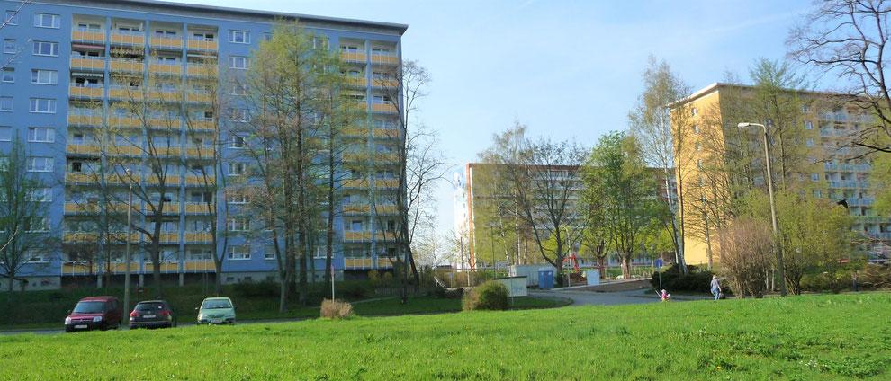 Chemnitz-Helbersdorf: Blick von der Wenzel-Verner-Straße in Richtung Stollberger Straße; im Vordergrund ist eine der zahlreichen Grünflächen erkennbar, auf denen zuvor Gebäude gestanden hatten, die im Zuge der Rückbauwelle abgerissen wurden