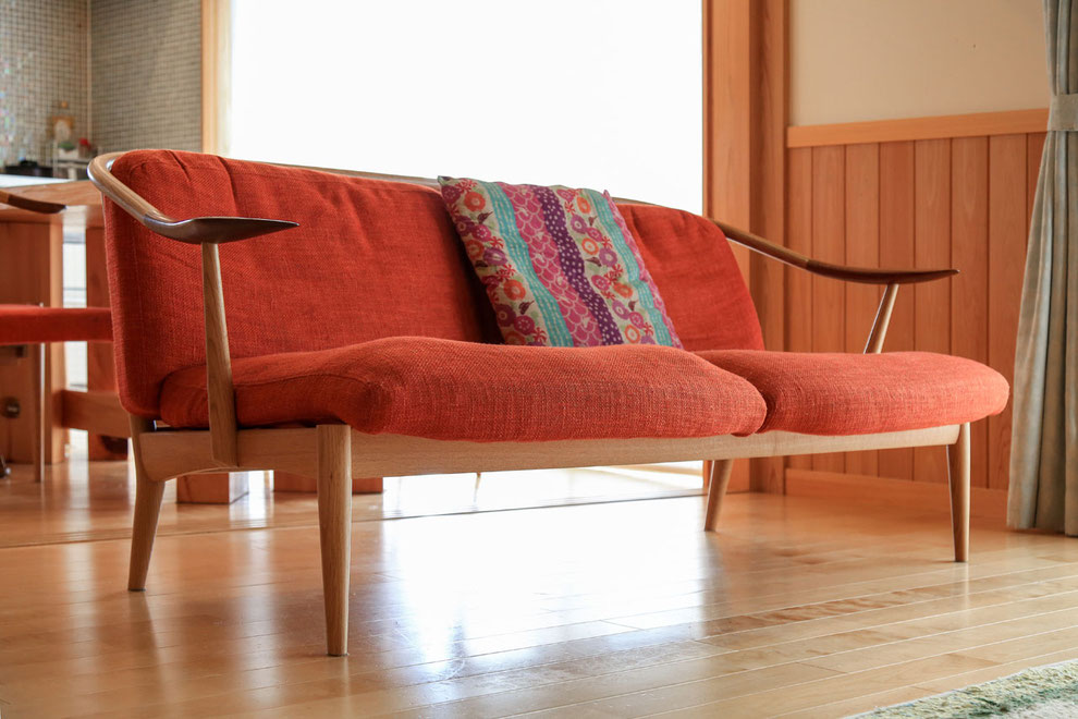 山で楢の木を植林し、育てた木の中から選別して作られるという高山伝統の家具。