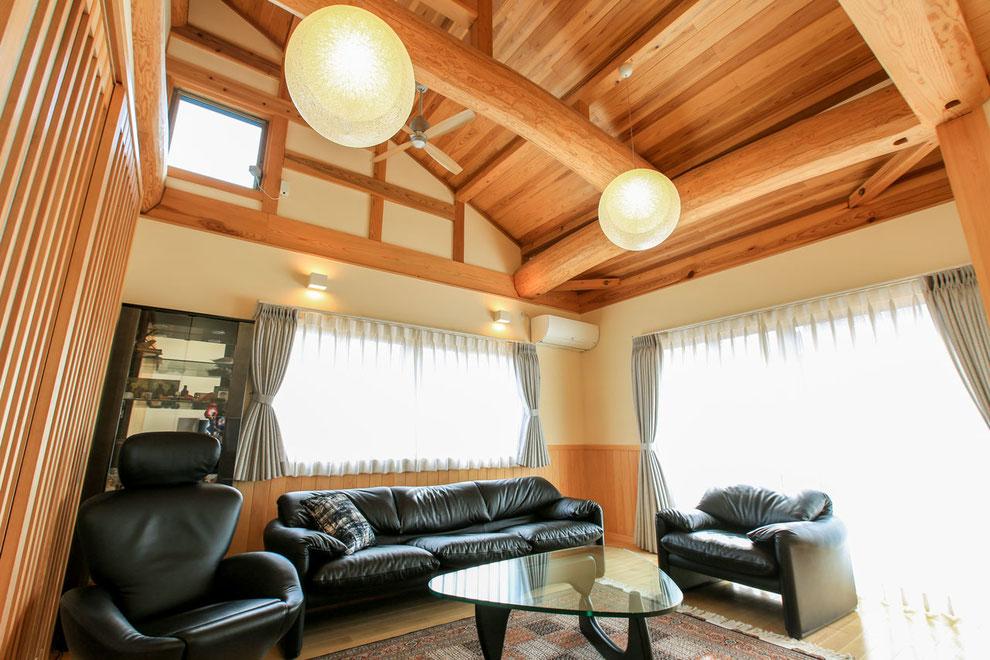 丸太梁が美しい天井とこだわりの家具