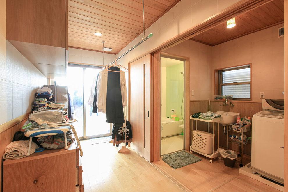 お風呂→洗濯→干す→外干の家事動線が便利 朝の支度もほとんどがここでできるそう