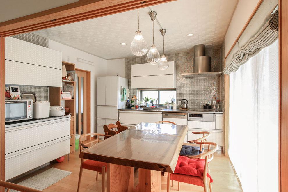 奥様こだわりのキッチン。高山市のチェアーと無垢のダイニングテーブルが良く似合っています。