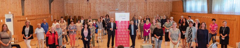 Die Frauen Union Kreis Fürth Land hat gewählt in der DJK-Halle in Oberasbach, Gruppenbild mit Adelheid Seifert, Tobias Winkler (Bundestagskandidat der CSU), Barbara Regitz (Bezirksvorsitzende N/Fü/Sc) und den Delegierten der FU-Ortsverbände