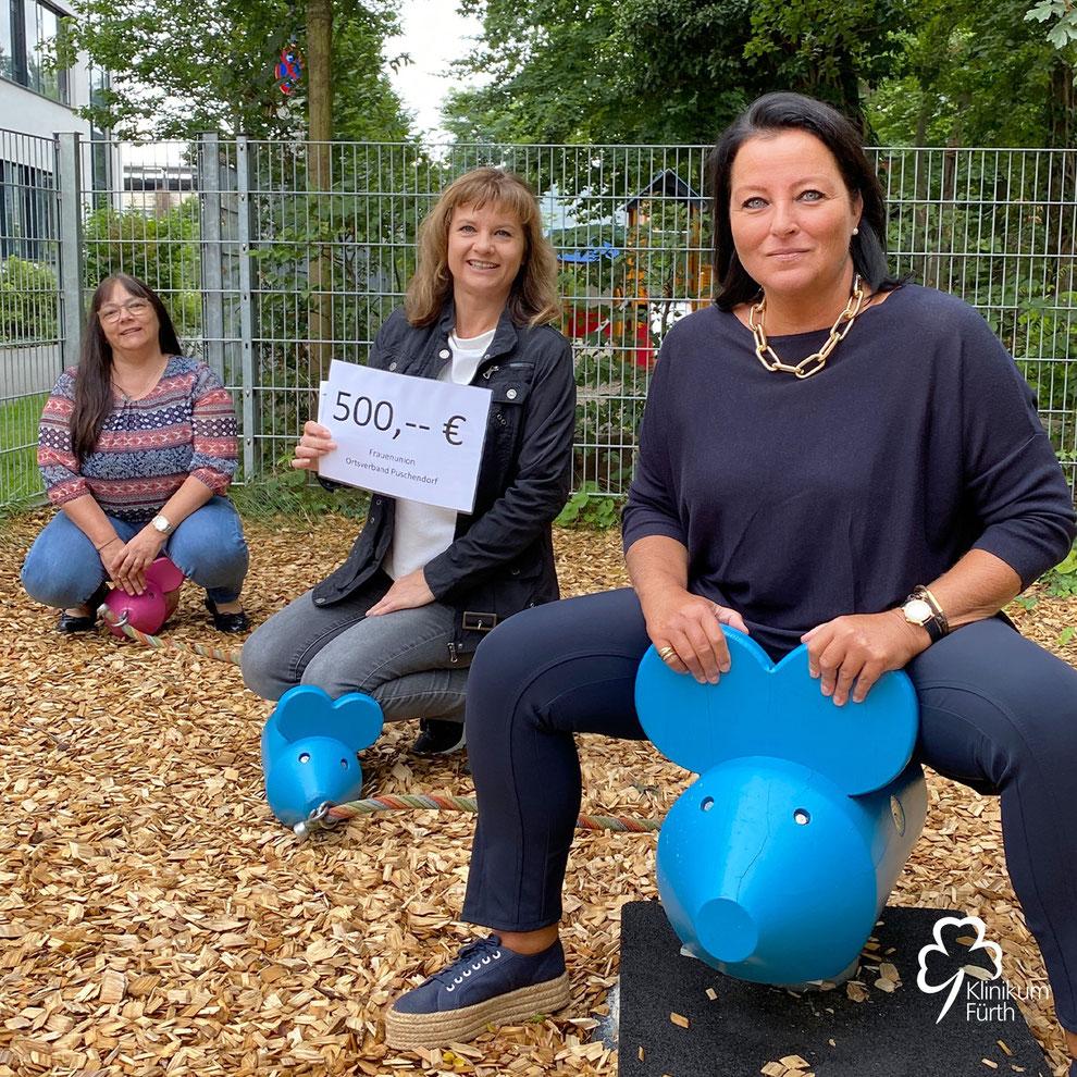 Spende der Frauen Union Puschendorf für den Spieletreff der Kinderklinik Fürth, Sandra Bringer und Vorsitzende Eugenia Funk von der FU Puschendorf gemeinsam mit  Susanne Haselmann vom Klinikum Fürth