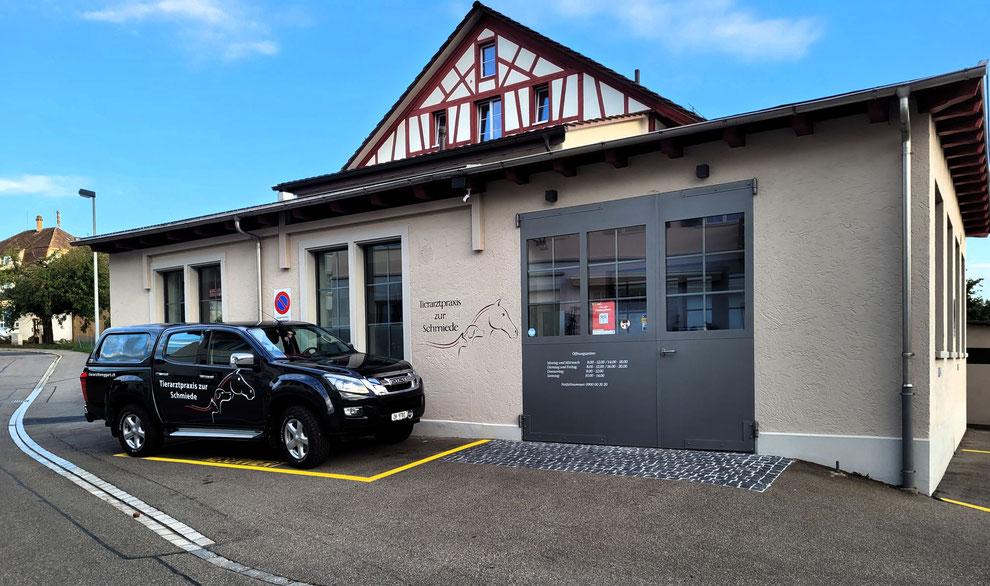 Tierarztpraxis zur Schmiede in Henggart mit reservierten Parkplätzen für Patienten