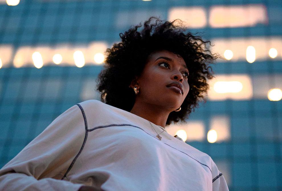 femme avec cheveux afro