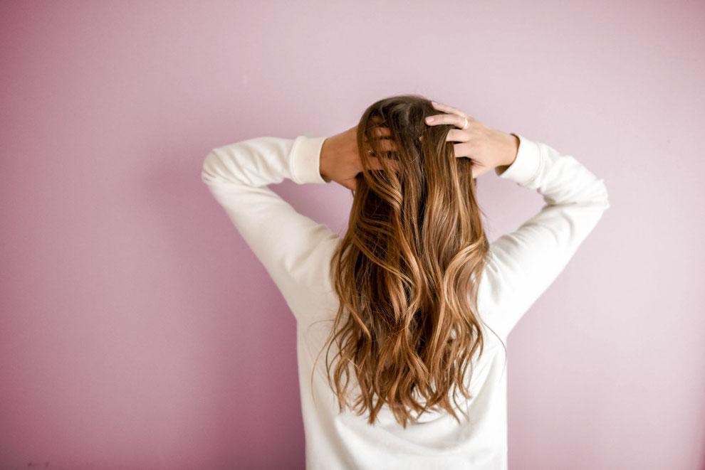 personne qui se gratte les cheveux