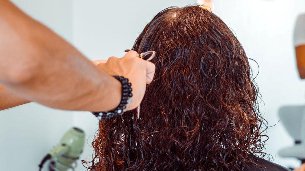 cheveux coupés par un coiffeur