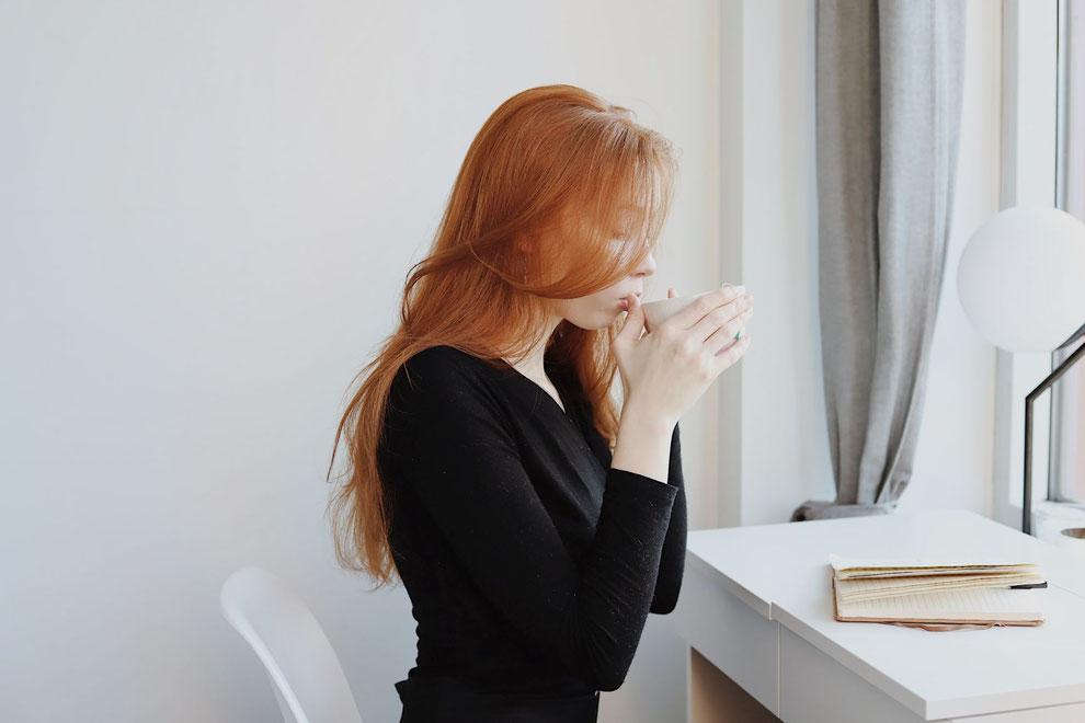 femme qui boit un thé