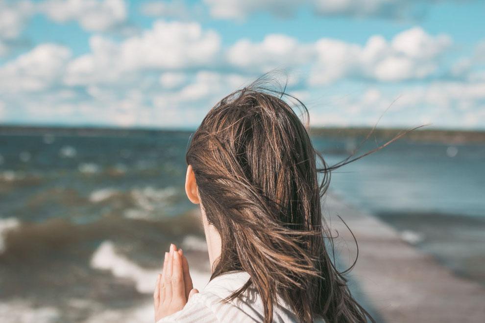 Femme avec cheveux aux vents