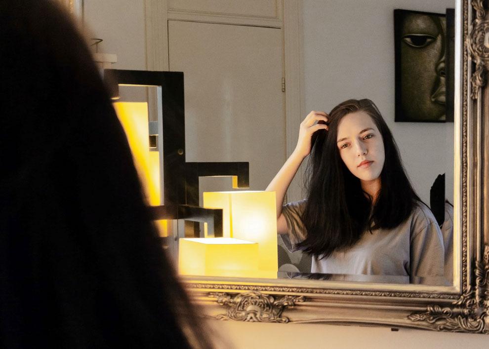 femme qui se regarde devant le mirroir