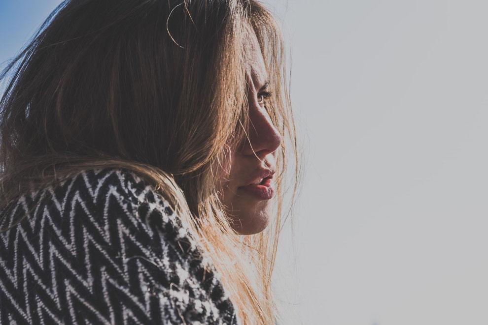femme avec longs cheveux