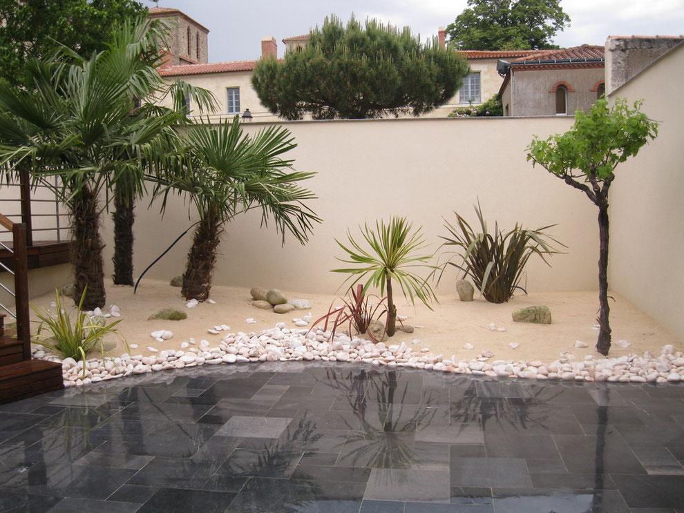 massif exotique sur plage de sable blanc dallage en pierres de chine. Black Bedroom Furniture Sets. Home Design Ideas