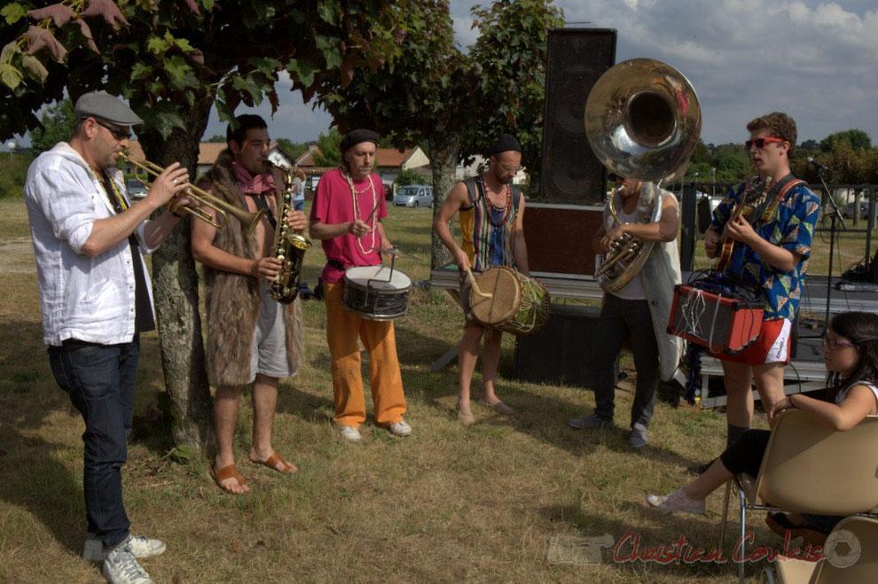 Ouverture du Festival JAZZ360 2015 en fanfare avec Elephant Brass Machine, place du bourg de Cénac