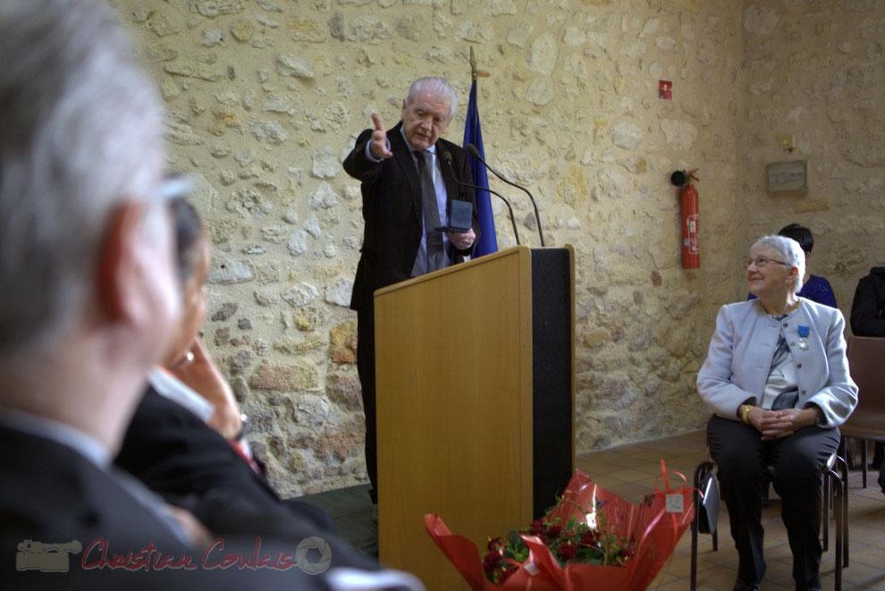Philippe Madrelle, Président du Conseil général de la Gironde remet à Suzette Grel la médaille départementale © Christian Coulais