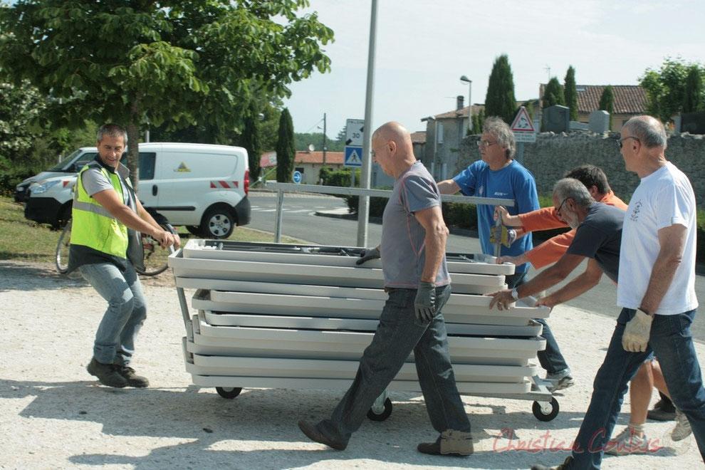 Installation des tables à la Roseraie de Cénac. Technicien communal, élus, bénévoles, tous sur le pont ! Festival JAZZ360 2011