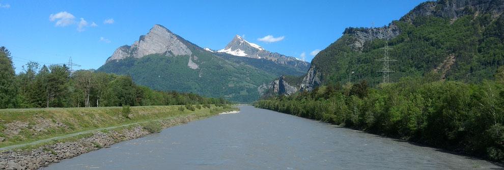 Die Kiesbänke sind verschwunden: Der Alpenrhein unterhalb der Fläscher Brücke am 30.4.2018