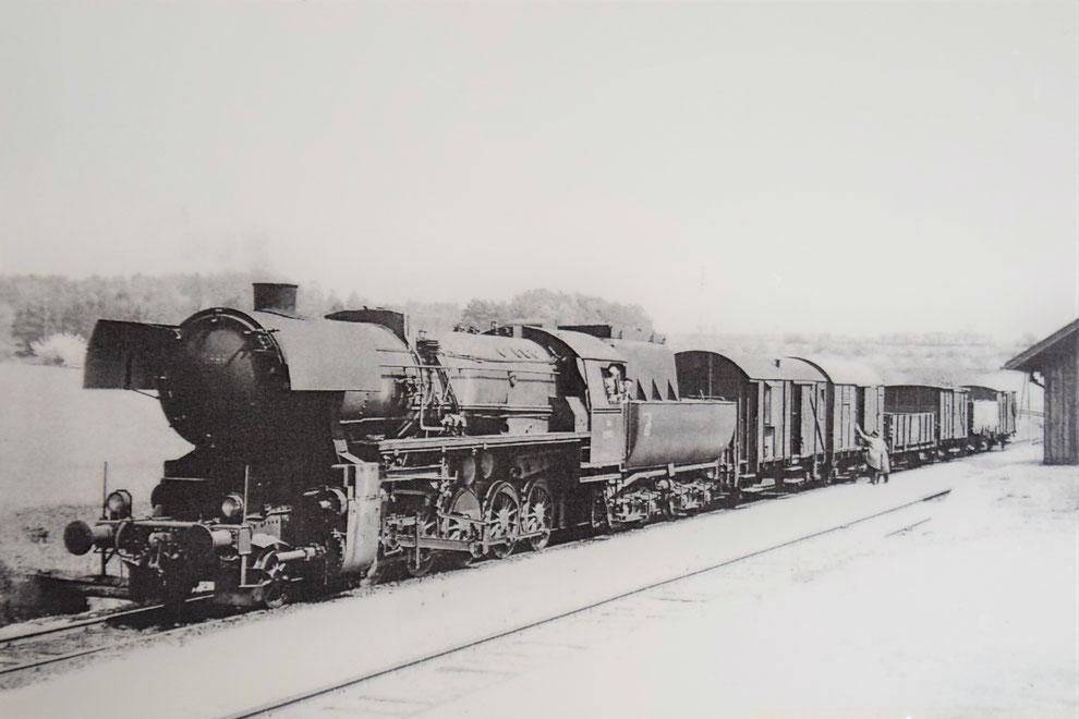 ÖBB 52.6899 mit Güterzug