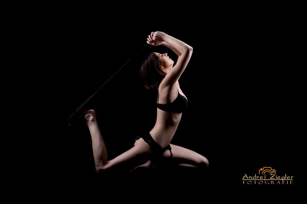 Aktfotografie Frau in Dessous Posiert bei Akt-Fotoshooting im Fotostudio