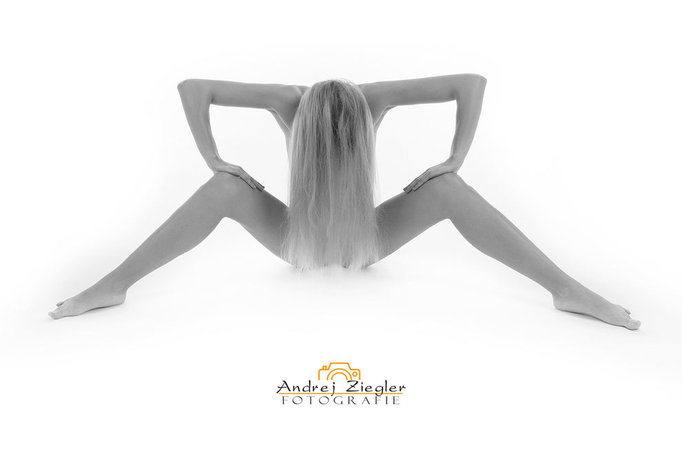Aktfotografie Frau in Dessous Posiert bei Akt-Dessous-Fotoshooting im Fotostudio