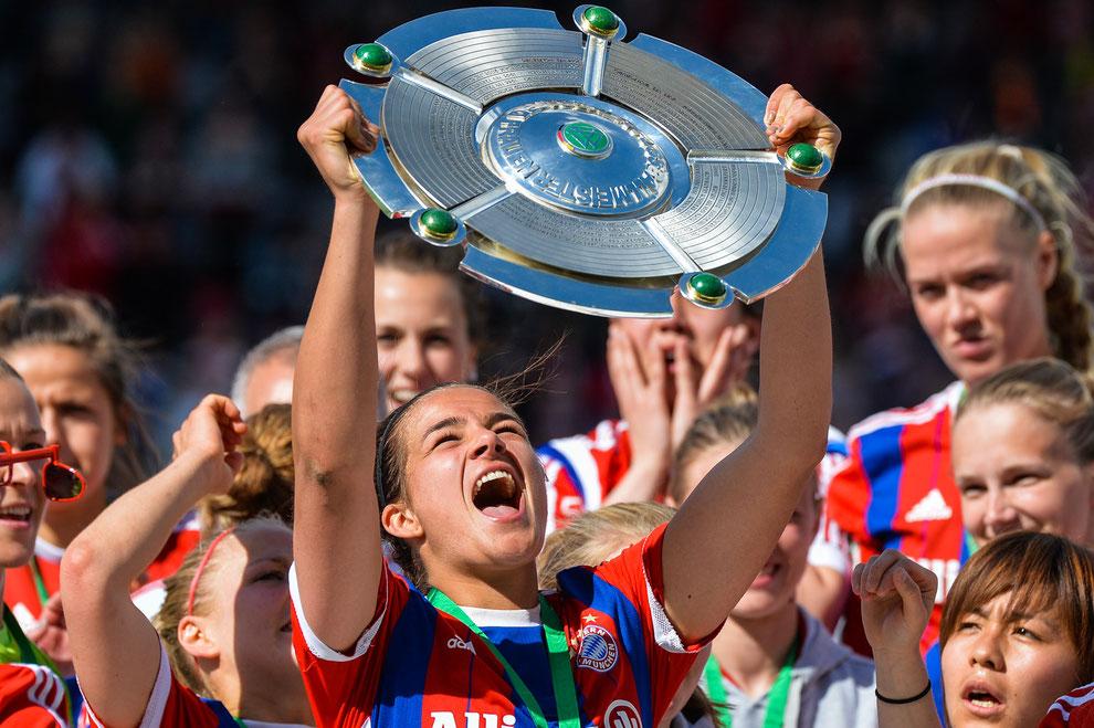 Lena Lotzen mit der Meisterschale nach dem Gewinn der Deutschen Meisterschaft 2015 mit dem FC Bayern München