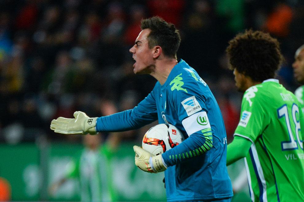 Wolfsburg Torhüter Benaglio beim 0:0 zwischen dem FC Augsburg und dem VFL Wolfsburg