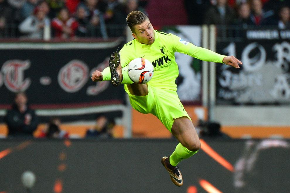 Augsburgs Alexander Esswein mit sehenswerter Ballannahme beim 2:1-Sieg gegen den FC Schalke 04