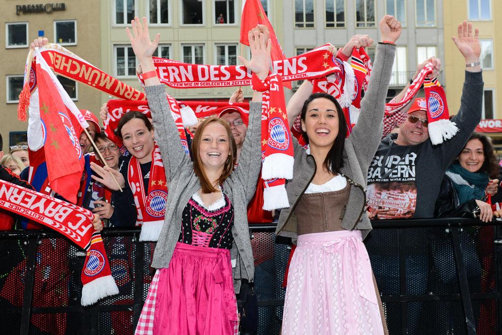 Jenny Gaugigl und Manuela Zinsberger bei der Meisterfeier des FC Bayern München auf dem Marienplatz