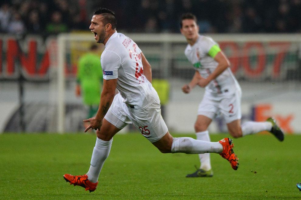 Torjubel von Raul Bobadilla beim 4:1-Erfolg des FC Augsburg in der Europa League gegen AZ Alkmaar