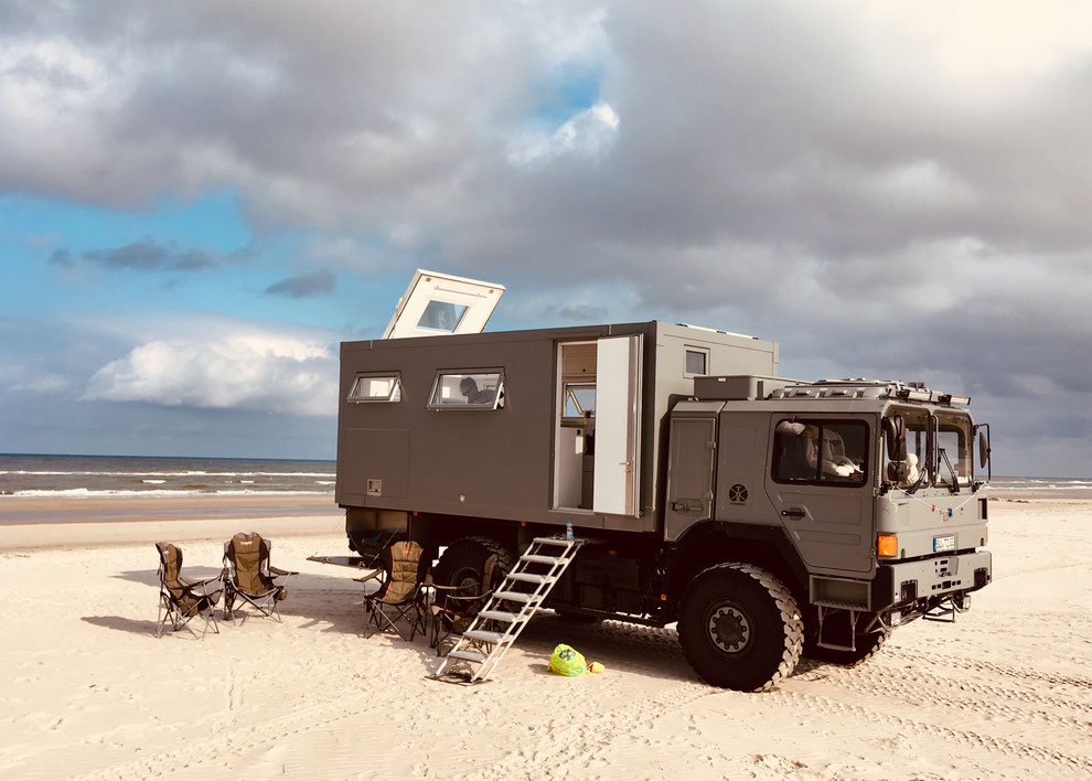 weltreisemobil expedition vehicle expedition truck expeditionsmobil reisemobil allrad offroad wohnmobil echte weltreisemobile expeditionsfahrzeug expedition camper boondocker boondocking overland travel truck expedition camper auf reisen am strand