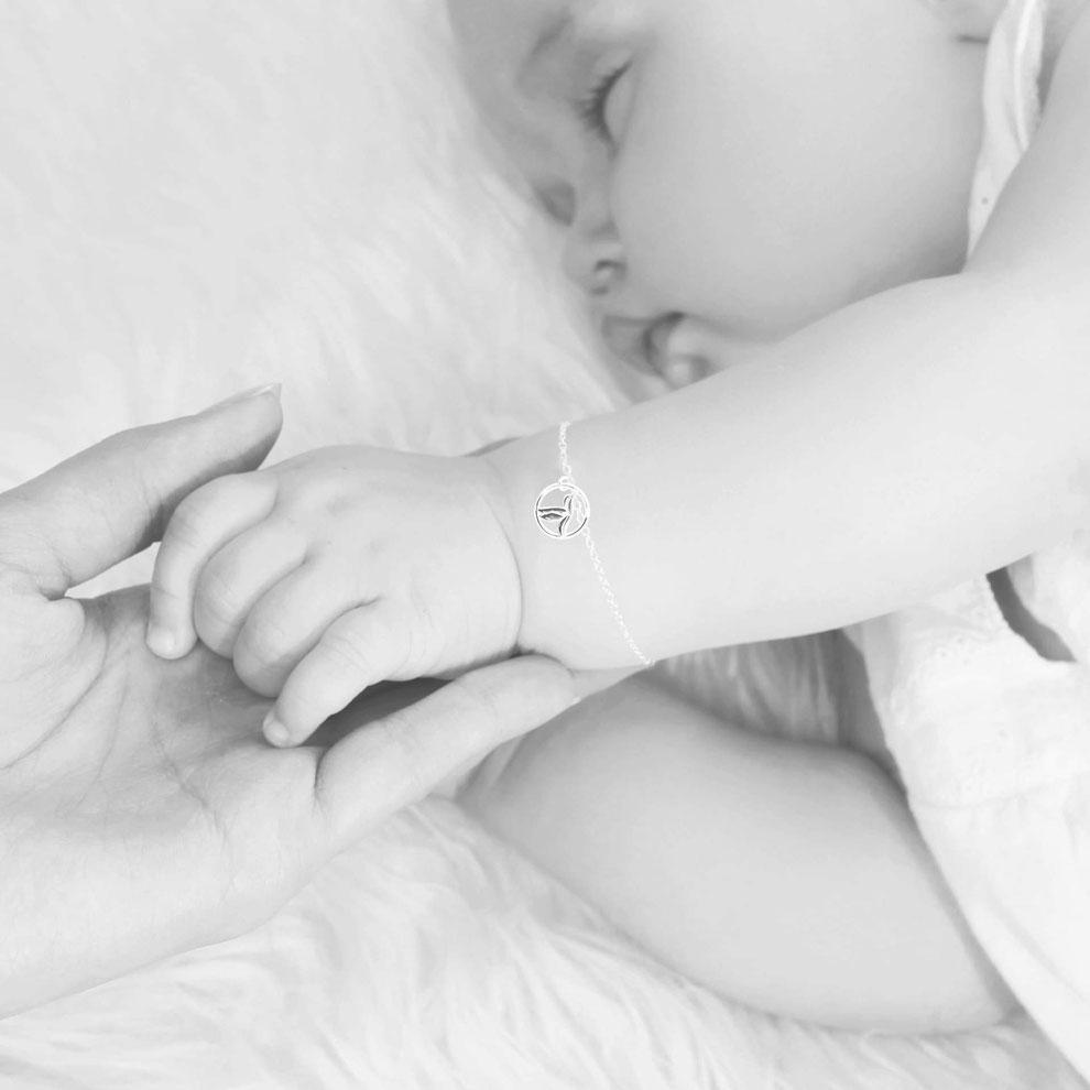 "<img src=""/Baby-Armband-Taufarmband-Gold-Kolibri.jpg"" alt=""Filigranes Baby und Kinder Armband Taufarmband mit Kolibri Vogel Anhänger 750er Gold"">"