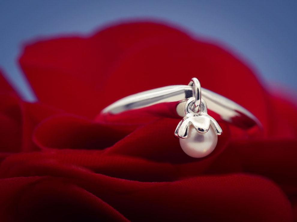 """<img src=""""/Schmuck-Geschenke-Valentinstag-Freundin-Perlen-Schmuck-Ring-silber.jpg"""" alt=""""Besondere Schmuck Geschenke Idee Valentinstag Freundin filigraner Perlenschmuck Ring mit Süßwasser Perle"""">"""