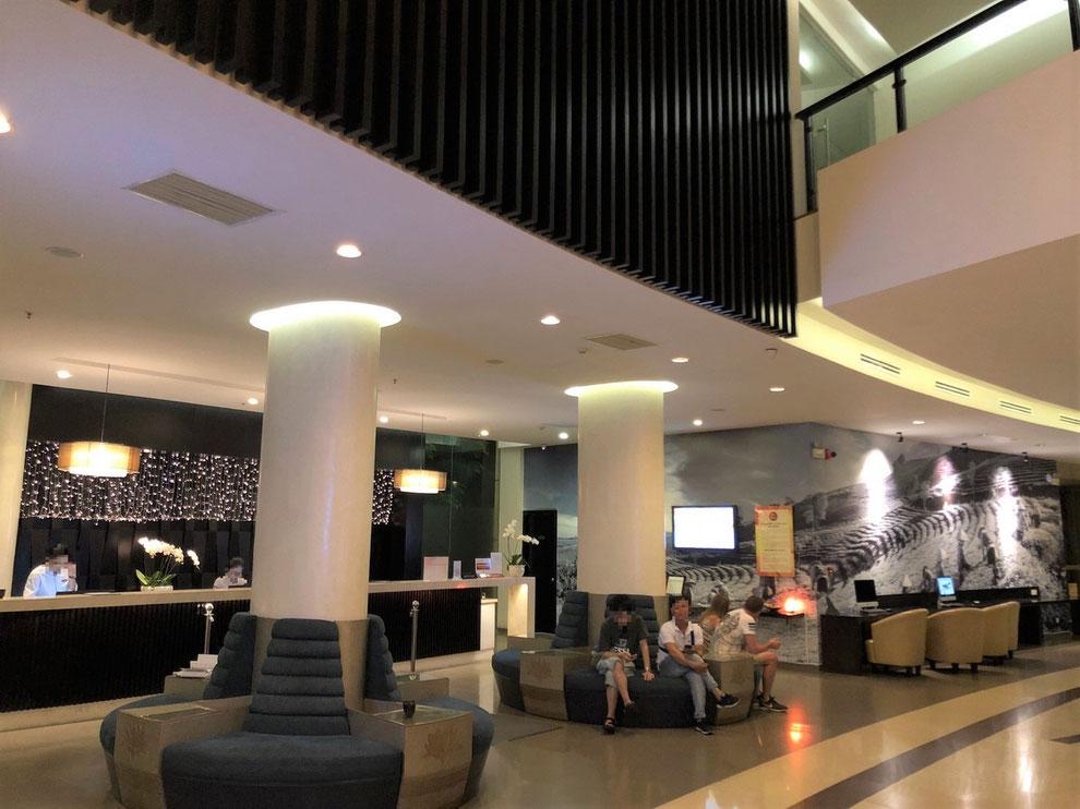 メリアダナンホテルのフロントとロビー