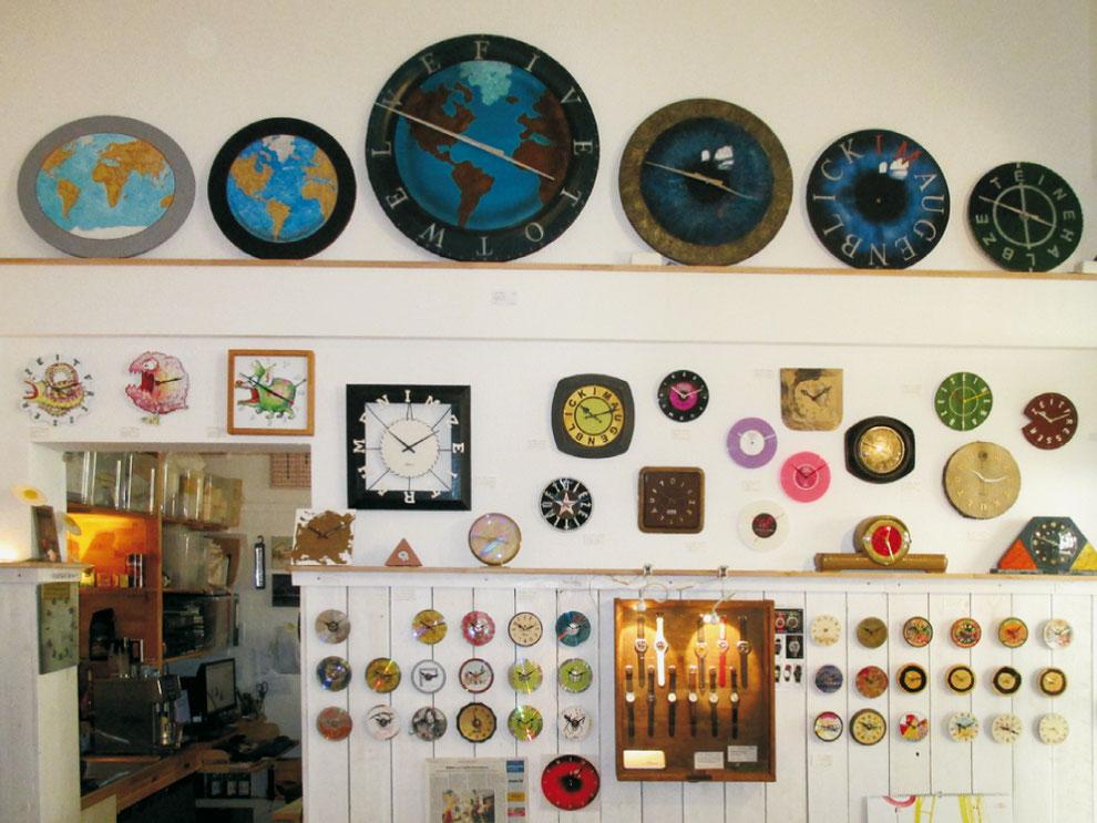 Ausschnitt Uhrnikate-Wand in der tom boller Ladengalerie | Werderplatz 30 in Karlsruhe