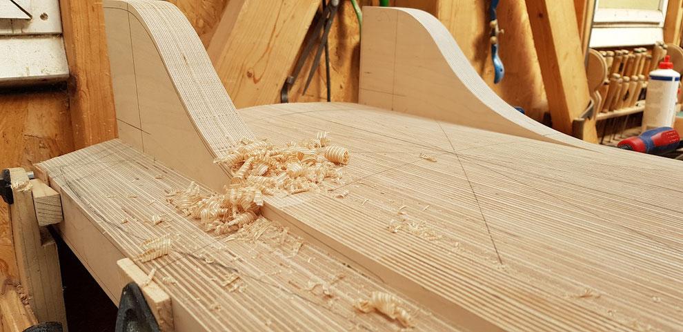 Der lamellierte Sitz wird weiter bearbeitet in dem die vorderen Träger an die Form angehobelt werden.