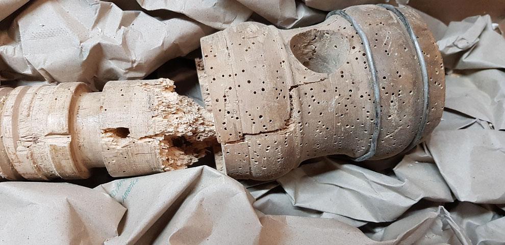Historische hölzerne Gewindespindel durch Holzwurm zerstört. Reparatur der Gewindespindel beim Drechsler.