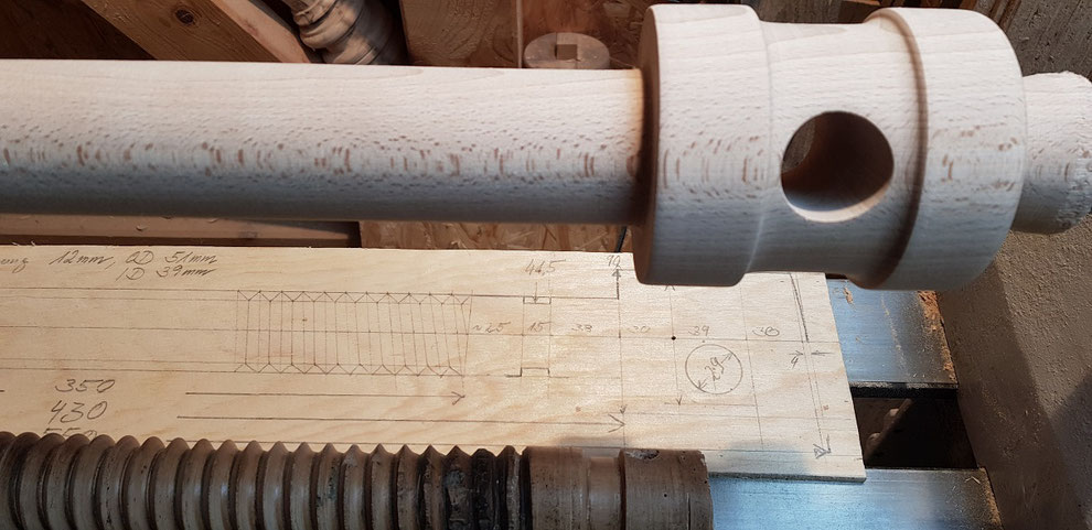 According to the drawings we take from the remains of the damaged vice screw a new one is manufactured. Turning a replica of a wooden vise screw on the lathe.