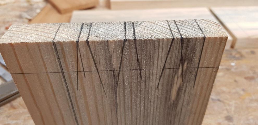Handgesägte Schwalbenschwanzverbindung für den Schubladenbau aus Holz. Mit WInkel und Schwlbenschwanzlehre werden die Schnittlinien gezeichnet. Dovetail and pin combined withe a miter layout for the drawer.