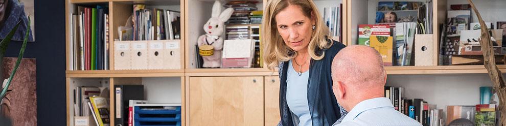 Andrea Kurz im Atelier in Perchtoldsdorf im Gespräch mit einem Kunden
