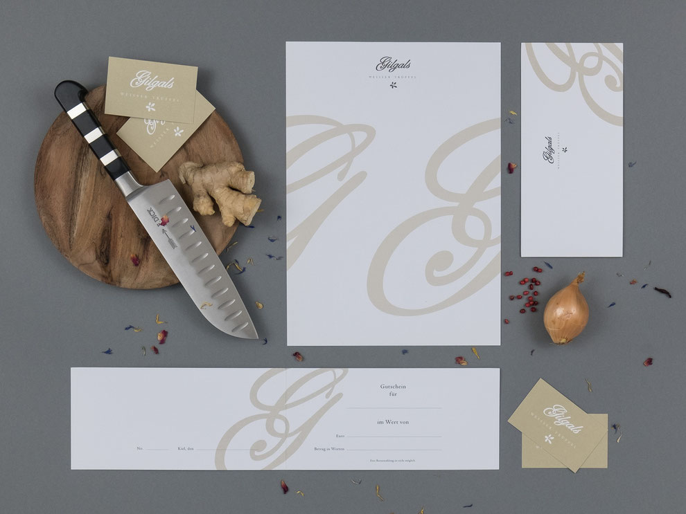 Briefbogen mit einem großen geschwungenen G in Beige, Visitenkarten in Beige, Gutschein mit geschwungenem G