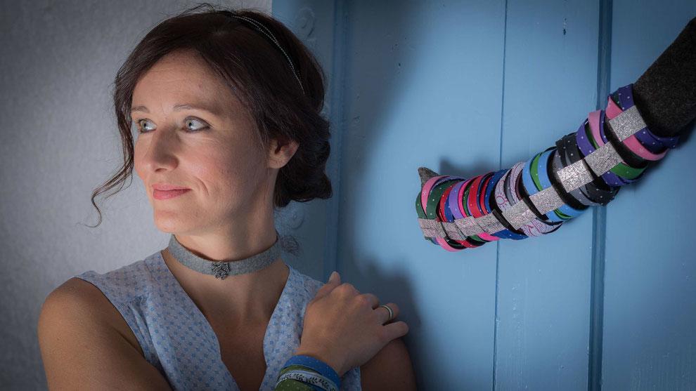 Christina Neuper trägt Trachtenschmuck aus Stoff, daneben hängen Armbänder von zaumgschwanzt.at
